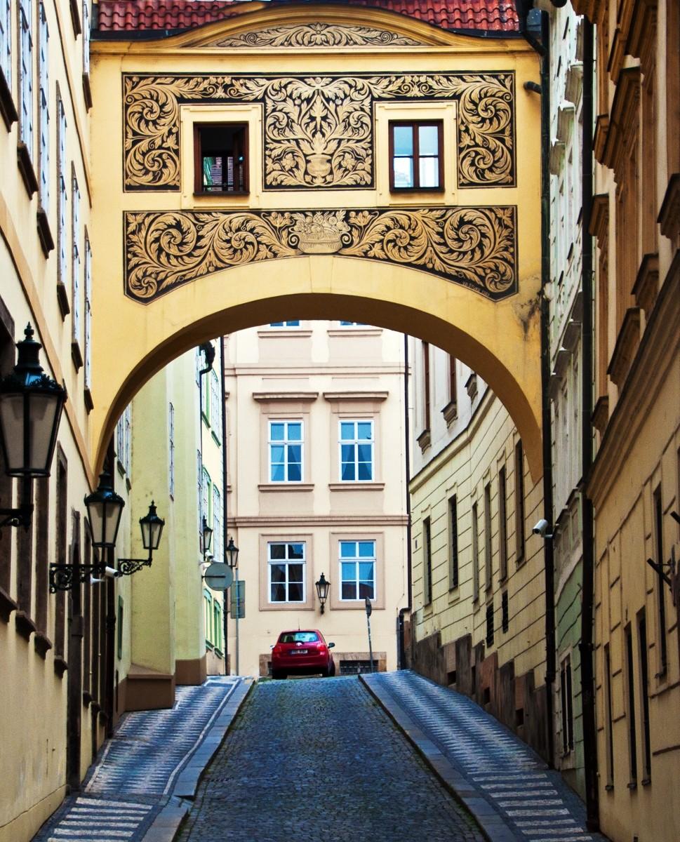 m_Praguebalconyandarchway